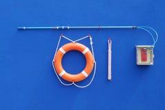 Reddingsboeiring en kabel op een blauwe muur stock fotografie