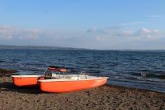 Reddingsboot op de kust van een meer stock fotografie
