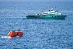 Reddingsboot of reddingsboot in zee, Veiligheidsnorm Stock Fotografie
