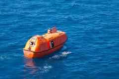 Reddingsboot of reddingsboot in zee, Veiligheidsnorm binnen voor de kust Stock Foto's