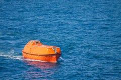 Reddingsboot of reddingsboot in zee, Veiligheidsnorm binnen voor de kust Stock Afbeeldingen