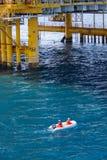 Reddingsboot of reddingsboot in zee, Veiligheidsnorm binnen voor de kust Royalty-vrije Stock Afbeelding