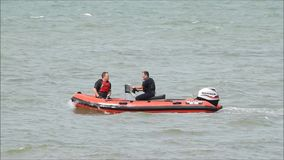 Reddingsbootbemanning bij de opleiding stock video