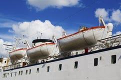 Reddingsboten aan boord Royalty-vrije Stock Afbeeldingen