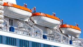 Reddingsboten bij het grote passagiersschip Stock Fotografie
