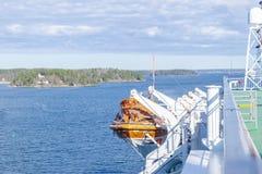 Reddingsboten, dekken en cabines aan de kant van cruiseschip Vleugel van het runnen van brug van cruisevoering Wit cruiseschip op Stock Fotografie