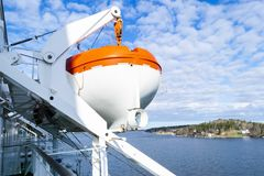Reddingsboten, dekken en cabines aan de kant van cruiseschip Vleugel van het runnen van brug van cruisevoering Wit cruiseschip op Stock Afbeelding