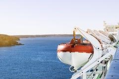 Reddingsboten, dekken en cabines aan de kant van cruiseship Vleugel van het runnen van brug van cruisevoering Wit cruiseschip op  Royalty-vrije Stock Fotografie
