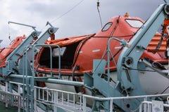 Reddingsboten die op een veerboot worden beveiligd Stock Foto's