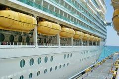 Reddingsboten op een cruiseschip Stock Foto's