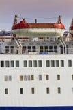 Reddingsboten op groot schip Stock Fotografie
