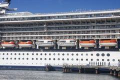 Reddingsboten op het Blauwe en Witte Schip van de Cruise royalty-vrije stock fotografie