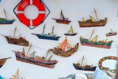 Reddingsgordel en modellen van varende boten die op een muur i hangen stock afbeelding
