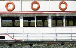 Reddingsgordels, vensters en traliewerk van een boot Royalty-vrije Stock Foto