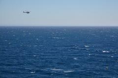Reddingshelikopter die over het overzees vliegen Stock Foto's