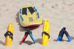 Reddingsmateriaal die op het strandzand liggen Royalty-vrije Stock Foto's