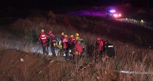 Reddingsverrichting met brandbestrijders in nachtvoorwaarde stock footage