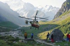 Reddingsverrichting met helikopter in hooggebergtevallei royalty-vrije stock foto