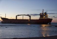 Reddingsverrichtingen van een vrachtschip aan de grond stock foto