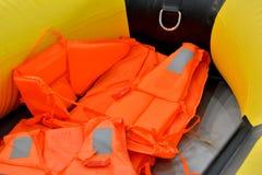 Reddingsvest binnen van rubberboot Stock Afbeeldingen