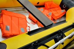 Reddingsvest en van rubberboot Royalty-vrije Stock Foto