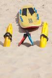 Reddingsvlot, floationapparaten en zwemmende vinnen op strand Royalty-vrije Stock Fotografie