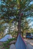 Rede, barraca, e carro com o dom de Sun no céu fotografia de stock royalty free