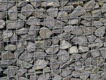 Rede da malha do ferro de Gabion com pedras pesadas Fotos de Stock