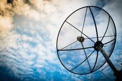 Rede da tecnologia de comunicação das antenas parabólicas com sol e w Fotografia de Stock