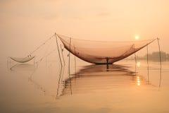 Rede da verificação de Fisher no rio de Hoai na cidade antiga de Hoian em Vietname Foto de Stock Royalty Free