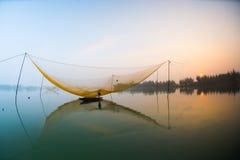 Rede da verificação de Fisher no rio de Hoai na cidade antiga de Hoian em Vietname Imagens de Stock