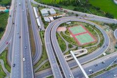 Rede da vista aérea ou interseção da estrada da estrada para o fundo do conceito do transporte ou da distribuição foto de stock