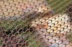 Rede de arame velha Teste padrão simples da cerca prendida Grade velha do metal Fotos de Stock