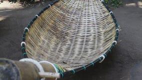Rede de bambu que move-se no jardim vídeos de arquivo