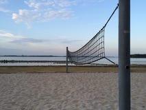 Rede de Beachvolleybal durante o por do sol Imagem de Stock