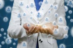 Rede de comunicação que mostra nas mãos imagens de stock