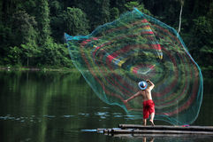 Rede de pesca de jogo do pescador no lago Fotografia de Stock