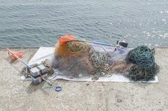 Rede de pesca e bandeiras coloridas do mar no cais Imagens de Stock Royalty Free