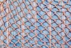 Rede de pesca natural da corda sobre pranchas de madeira azuis Fotografia de Stock Royalty Free