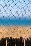 Rede de pesca no beira-mar do verão no fundo cênico do céu azul e do Sandy Beach Vista marítima vertical bonita Foto de Stock Royalty Free