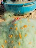 Rede de pesca de nylon com a linha de flutuador unida aos barcos plásticos pequenos da cesta dos flutuadores fotos de stock royalty free