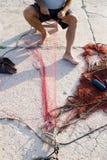Rede de pesca reparing do pescador imagens de stock royalty free
