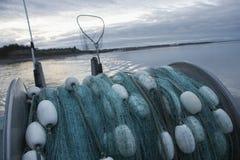 A rede de pesca suporta sobre do barco de pesca Imagens de Stock