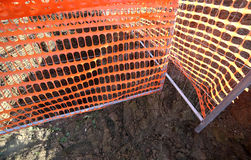 Rede de segurança alaranjada em um local da construção de estradas Imagens de Stock Royalty Free