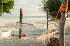 Rede de vime, areia branca e palmeiras Área de assento tropical imagem de stock