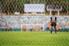 Rede do futebol e borrão do jogador no estádio Fotos de Stock Royalty Free