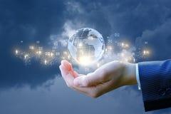 Rede do negócio global na mão do homem de negócios Imagem de Stock