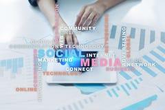 Rede e mercado sociais dos meios Negócio, conceito da tecnologia Nuvem das palavras na tela virtual fotografia de stock
