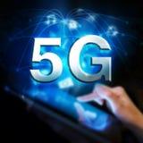 Rede 5G global Mulher que prende a tabuleta digital Fotografia de Stock Royalty Free
