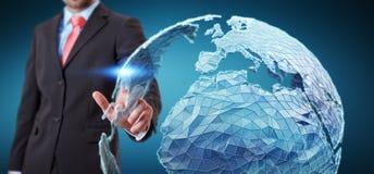 Rede global tocante do homem de negócios na rendição da terra 3D do planeta Imagens de Stock Royalty Free